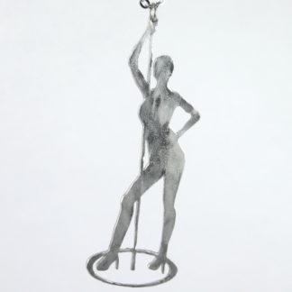 Pendentif Pole Danseuse en aluminium sur chaîne acier inox. (Détail)