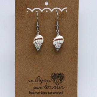Boucles d'oreilles coquillage blanc/marron torsadé de fil d'acier inoxydable.
